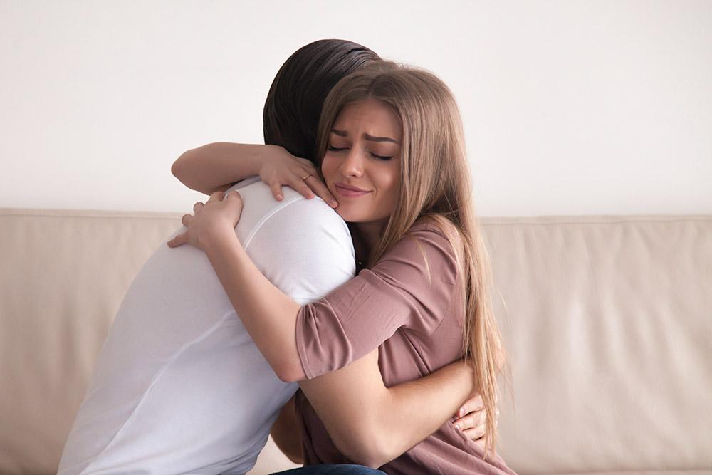 復縁して抱き合っている男女