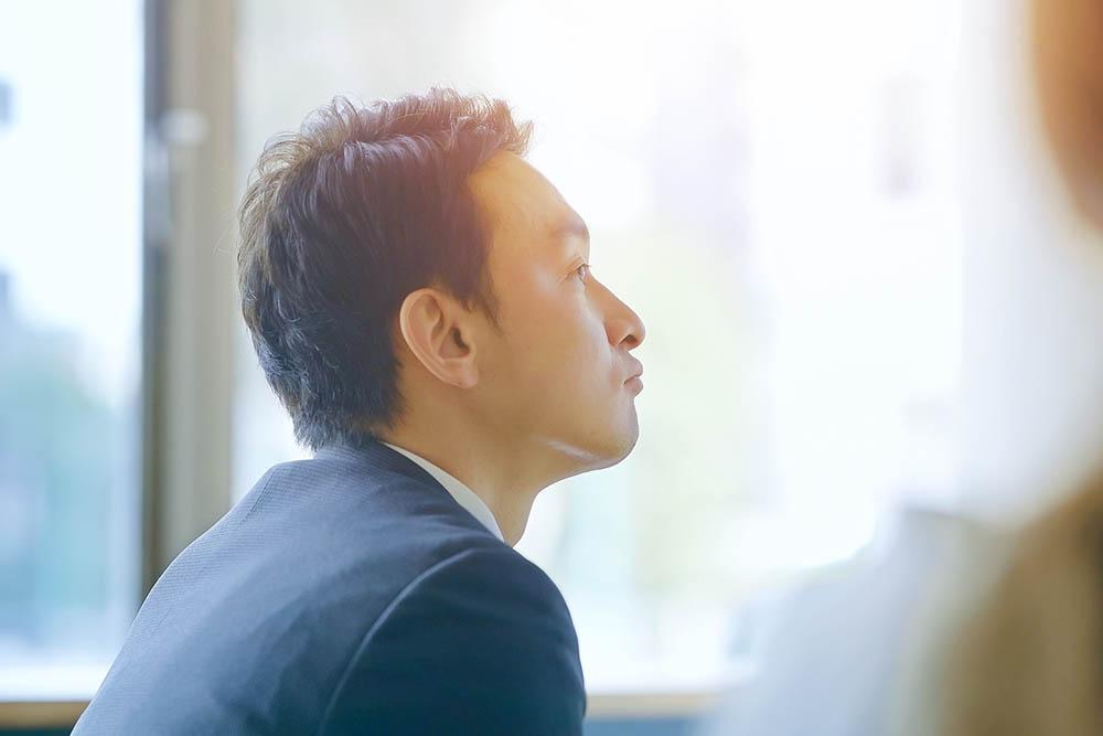 会社の将来性を不安に思っている男性